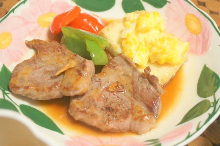 ラムのステーキ用肩ロース肉を自宅のフライパンでローズ色に焼き上げるコツをご紹介しています。