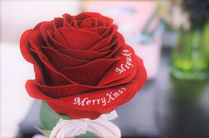 花びらにメッセージの刺しゅうや名前を入れられるのもアートフラワーのいいところ|誕生日やプロポーズに!思い出に残るプレゼントの選び方
