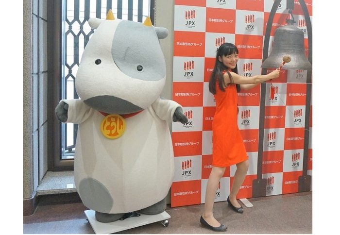 """東京証券取引所にいるマスコット""""とうしクン""""と記念撮影。"""
