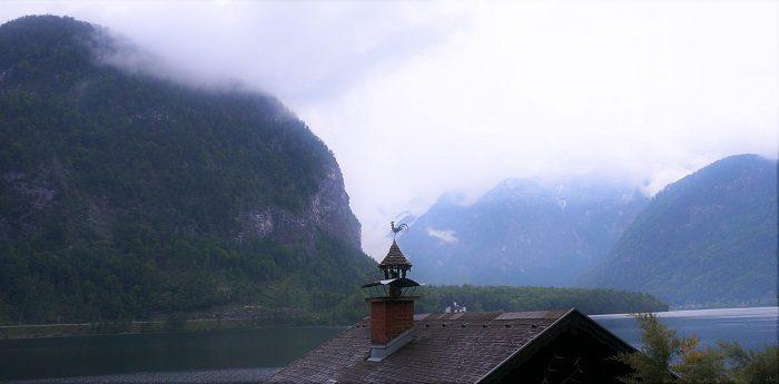 ハルシュタットの朝。風見鶏と霧がかった山のコントラストがなんともいえない情緒を醸し出していました。