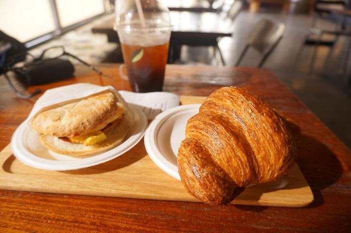 ホテルの朝食はつけない派。カフェでモーニングしながらガラパンを観光しよう