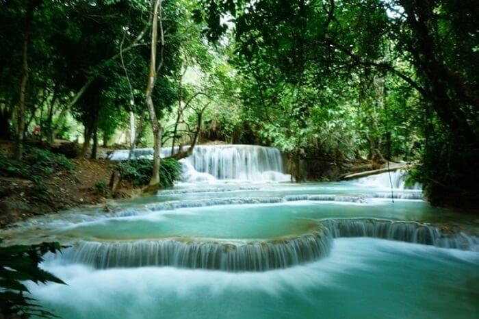 世界遺産でもあるラオスの観光都市・ルアンパバーン。クリスマス真っただ中の12月にクアンシーの滝まででかけて、泳いできました。トゥクトゥクの料金相場や持って行った方がいいものなどを実体験でご紹介しています。