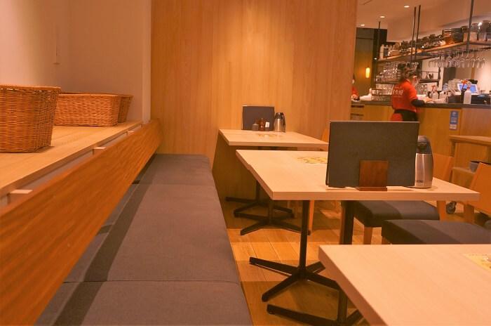 赤坂阿吽本店の店内テーブル席。