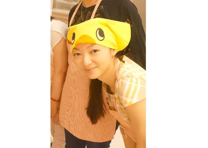 横浜の日清カップヌードルミュージアムでチキンラーメンづくり体験も。かわいいひよこちゃんの三角巾にご注目。