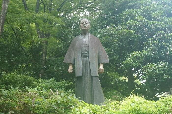 井上靖先生の銅像。似てないよね?!