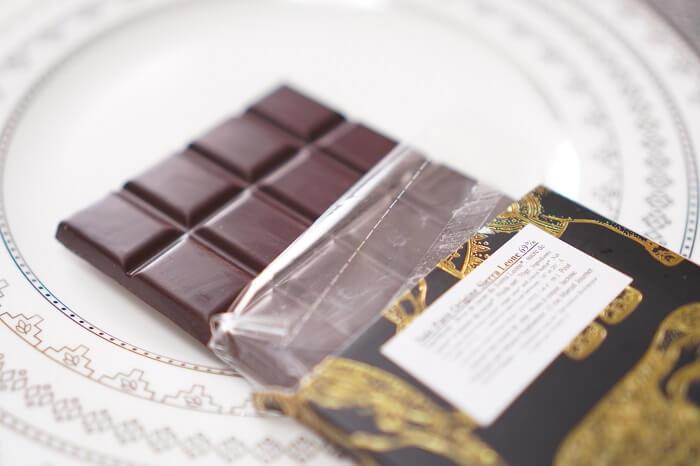 カカオ豆含有率69%のダークチョコ。