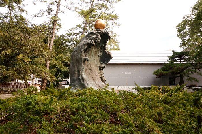 出雲大社の御祭神・大国主大神様の像にもご注目。
