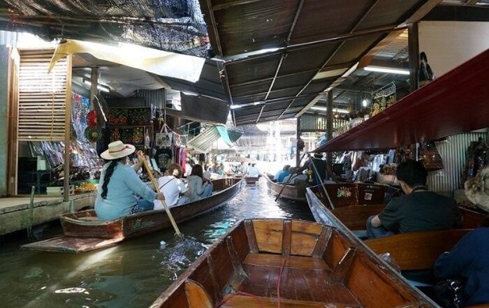 手漕ぎボートをチャーターしていざショッピング。