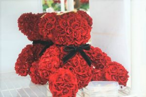 メリアルームの商品で、私のイチオシは、この300輪のバラをつかったかわいいテディベア! 誕生日やプロポーズに!思い出に残るプレゼントの選び方
