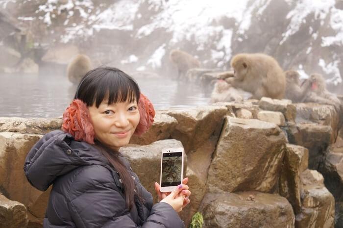 こんなに間近で!温泉に入ってる猿をみにいこう。