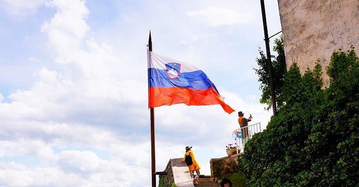 スロヴェニアの国旗。今度の連休は海外旅行にでかけよう|リュブリャナ城も徒歩圏内!観光に便利なおすすめホテル