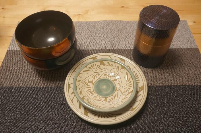 結婚5周年の木婚式は山田平安堂の器、7周年の銅婚式は新光堂の茶筒でした。