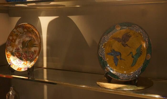 銀座Salon de AgingBeefには、豪華なお皿が店内に飾られています。