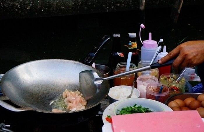 <海外旅行トラブル>バンコクの水上マーケットで屋台メシを食べた人のその後…