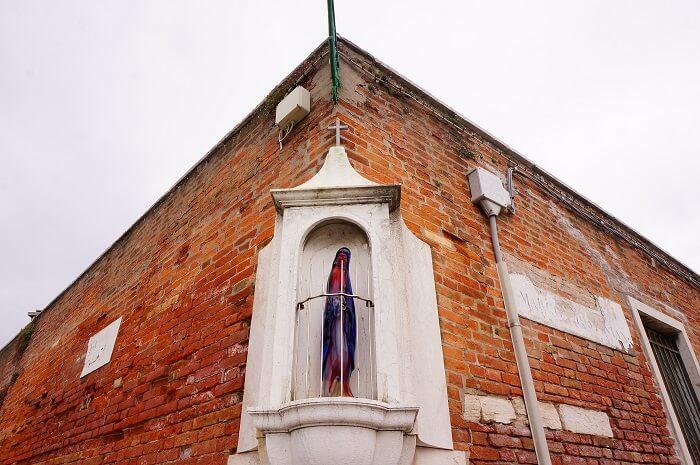 教会のイエス様もベネツィアングラスのムラーノ島。