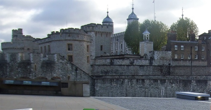 ヘンリー8世の2番目の王妃「アン・ブーリン」の幽霊がでるという噂のロンドン塔。怖くてなかにはいれず…苦笑