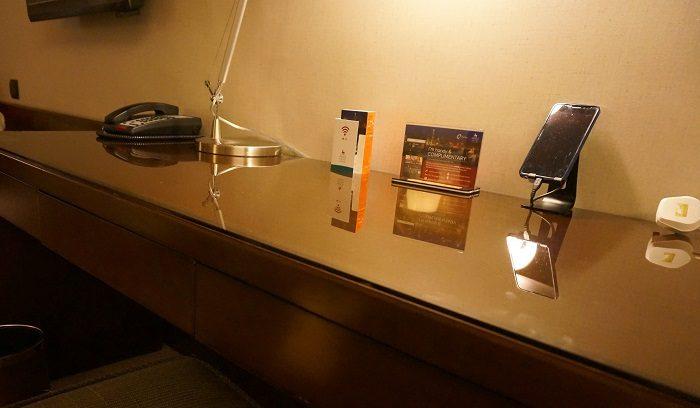 ホテルの部屋の机。