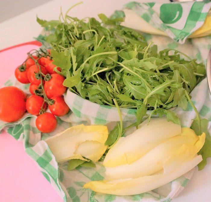 買い物するときに、カゴの中の食材の色を数えるだけでも栄養バランスを整える第一歩になるよ。