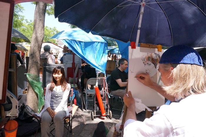 モンマルトルの丘で画家たちに似顔絵を描いてもらおう!
