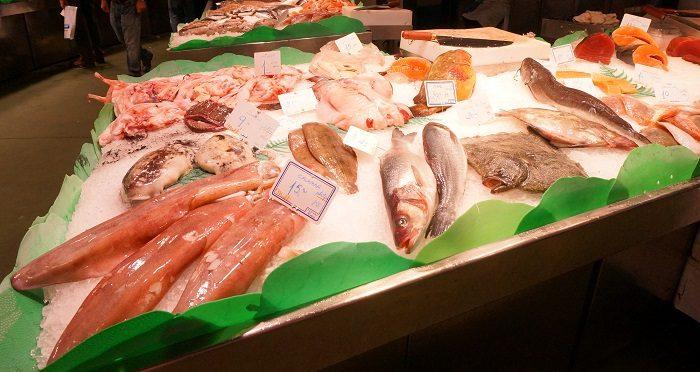 新鮮なお魚もいっぱい!詐欺師やドロボーもいっぱい?|ボケリア市場食べ歩き!おすすめの時間帯は…?