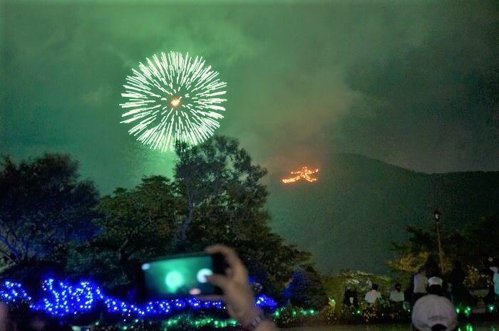 強羅公園から見た箱根の大文字焼と花火の様子。