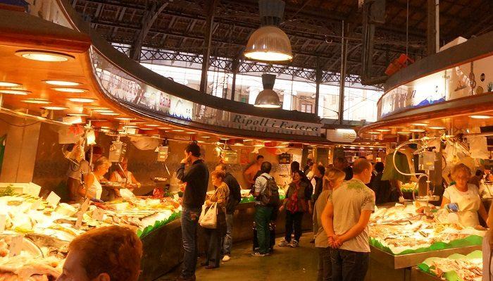 お昼時は地元の人で賑わうボケリア市場。盗難やおつりのちょろまかしが多発しているのでご注意ください。