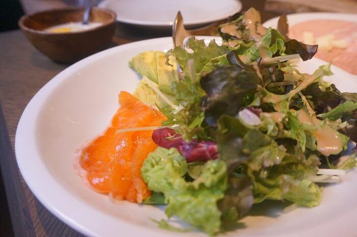 ピッツェリアアンドバーノーガの「Morning Plates」についてるスモークサーモンとサラダ。