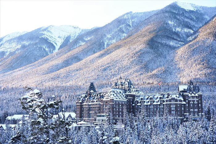 カナディアンロッキーの山の中にあるバンフの名門ホテル。冬景色は最高の美しさ。