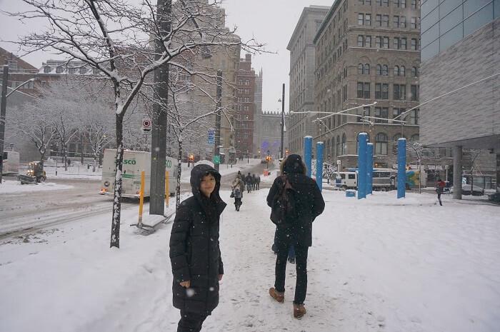 大雪のモントリオールでお正月。割と雪はベタベタしているのに、誰も傘をさしていない街中から。