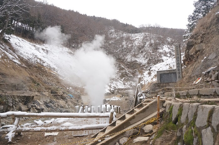 <地獄谷野猿公苑>のすぐそばには、天然記念物の渋の地獄谷噴泉があります。