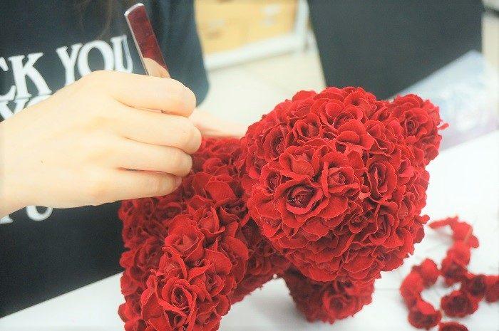 300輪のバラをあしらったクマは、職人がひとつひとつ、手作りしているんです。名前をいれて、特別なシーンのプレゼントに!