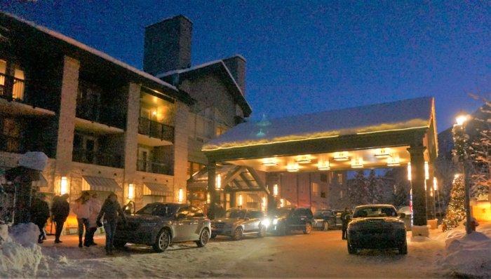 リムロックリゾートホテル(Rimrock Resort Hotel)の外観。アッパー温泉ホテルからも徒歩圏内です。