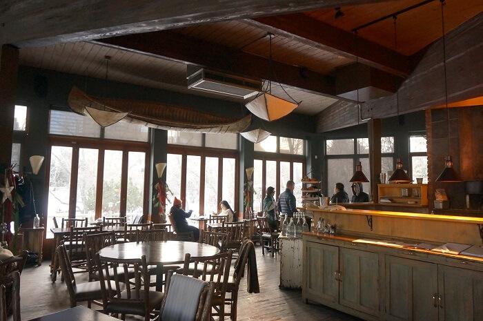 <River Café(リバーカフェ)>の店内の様子。天井にはボートも飾られていて、情緒があふれる。