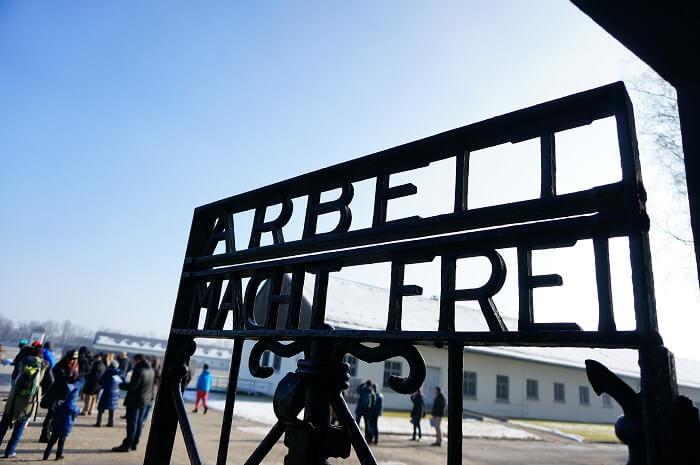 有名なスローガン「Arbeit macht frei(=働けば、自由になれる)」