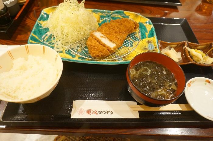 アークヒルズにある金沢かつぞうの「熟成能登豚リブロースかつ定食」。金沢の情緒を感じます。