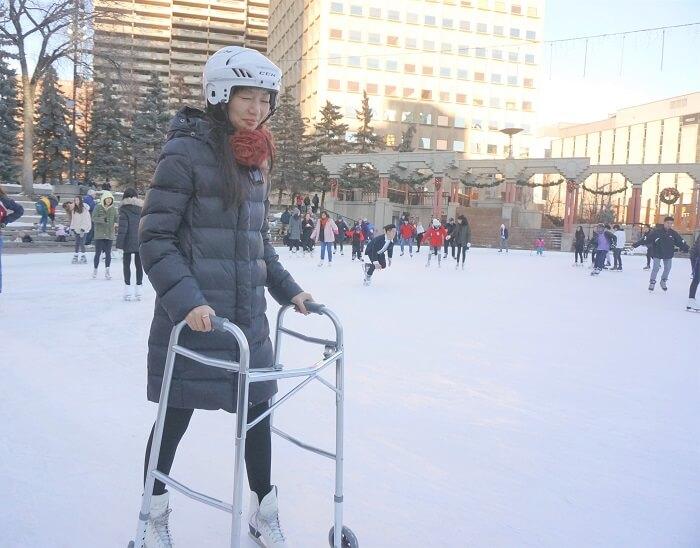 オリンピックプラザのスケートリンク。スケートエイドも借りて遊んできました。