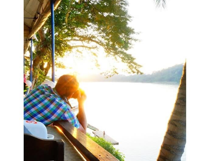 カメラマンも多数。メコン川の夕日スポット!