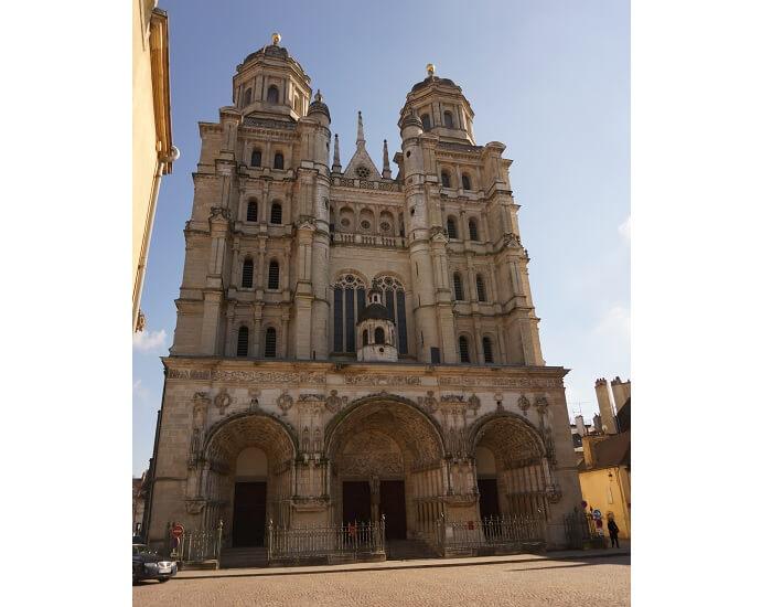 13世紀にたてられたノートルダム教会(Eglise Notre-Dame de Dijon)の外観。