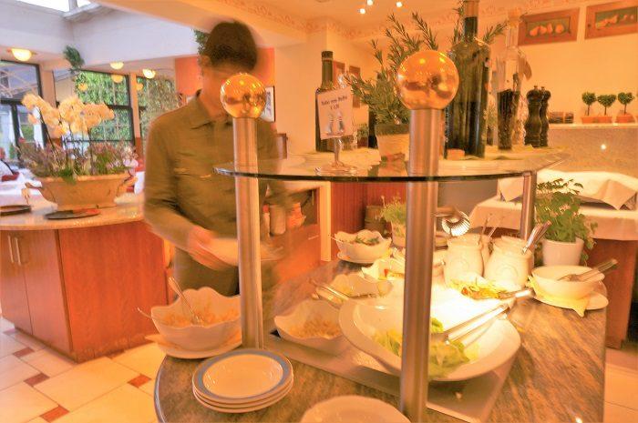 バートイシュルの温泉ホテルで朝ごはんを食べて、いざ出発。世界遺産の湖の景色を探しにハルシュタットへバスで向かいます。