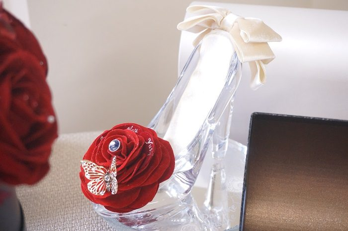 クリスマスにぴったりな赤いバラをあしらったガラスの靴も。恋人に靴をプレゼントする意味をご存知でしょうか?|誕生日やプロポーズに!思い出に残るプレゼントの選び方