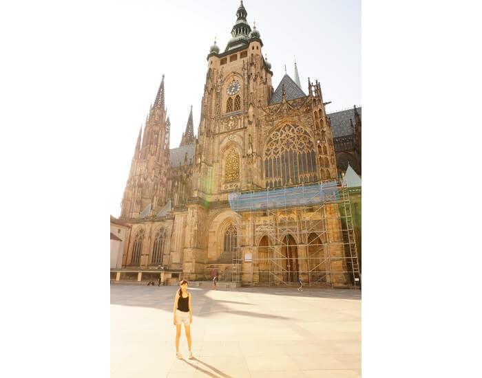 プラハ城前で記念撮影するの朝岡真梨。
