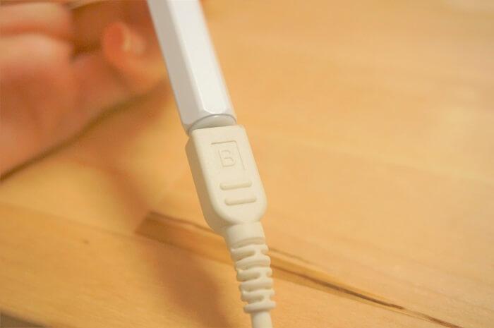 マイクロUSBで充電できる。