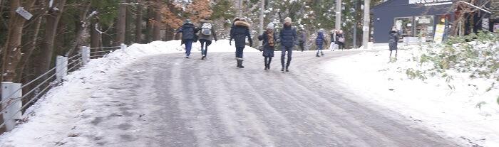 <地獄谷野猿公苑>までの道が凍結しているのでスノーブーツ必須!スニーカーだと危険です。