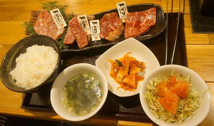 松阪牛の焼肉定食2000円。サラダやスープ、キムチ付き。