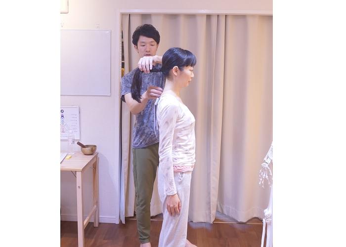 ホネナビインストラクター・大江先生から、直接施術をしてもらう朝岡真梨。実体験を本音でご紹介しています。