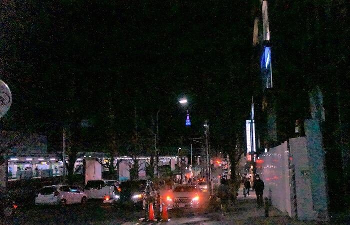 夜の原宿駅前。