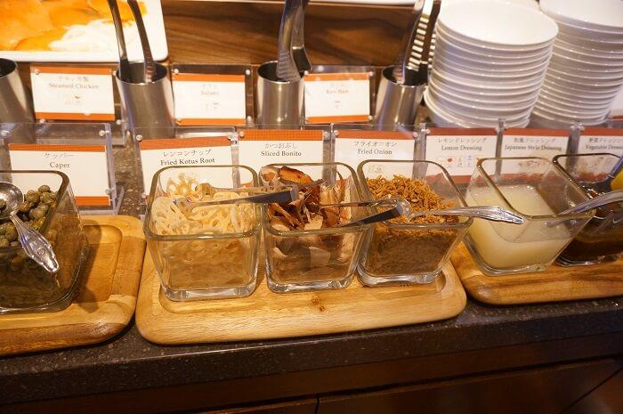 サラダのドレッシングとかトッピングの鰹節とか、地元の食材がふんだん!
