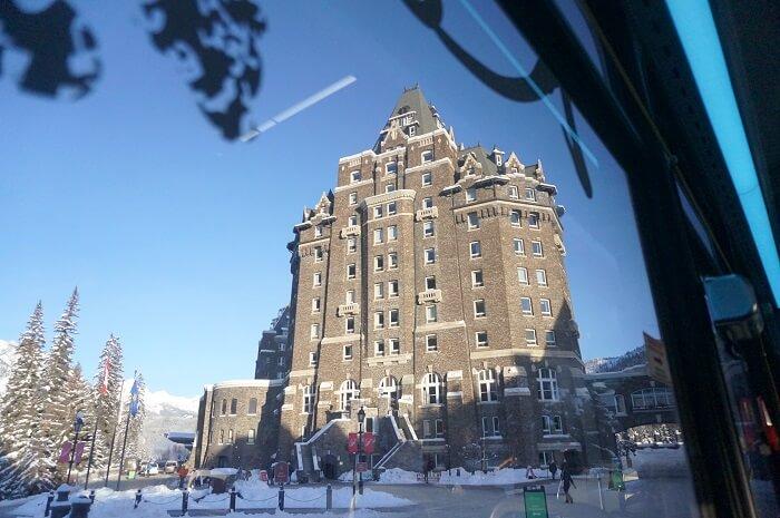 バンフにある世界的リゾートホテル「バンフスプリングスホテル」の外観。