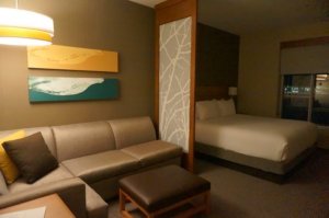 HyattPlaceCalgaryAirportの客室内の様子。Hotels.comで予約した安いお部屋なのに広くて快適!