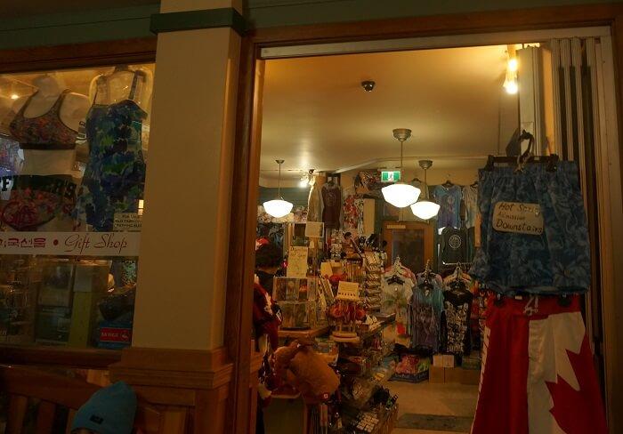 入口の売店では水着も販売中。でもダサイ。